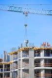Kraan opheffend cement die container mengen Stock Foto's