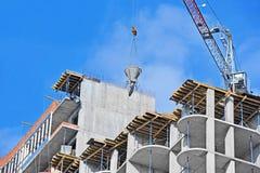 Kraan opheffend cement die container mengen Royalty-vrije Stock Foto