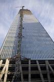 Kraan over wolkenkrabber Royalty-vrije Stock Afbeelding