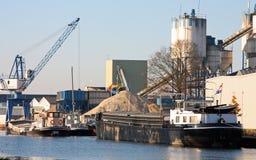 Kraan, silo's en schepen Stock Afbeeldingen
