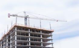 Kraan torenhoog over nieuwe bouwconstructieplaats Stock Foto's