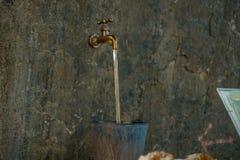 Kraan van het de kraan de gouden water van het Flaotingswater met hieronder emmer stock afbeeldingen