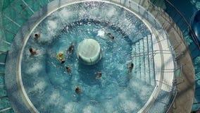 Kraan van mensen wijd wordt geschoten die in pool zwemmen die stock videobeelden