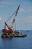 Kraanaak die zware lading of zware lift in de zeeolie en gasindustrie opheffen Grote boot die voor lift het door buizen leiden we Stock Foto's