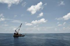 Kraanaak die zware lading of zware lift in de zeeolie en gasindustrie opheffen Grote boot die voor lift het door buizen leiden we Royalty-vrije Stock Foto's