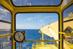 Kraancabine bij zeeolie en gasbron ver platform stock foto's