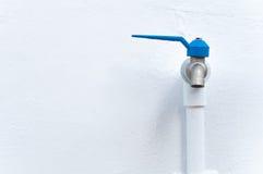 Kraanclose-up met het druipen water-daling Water die, conc sparen lekken Stock Afbeelding