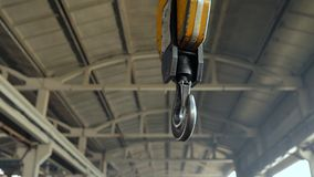 Kraanhaak voor luchtkraan in fabriek stock footage