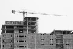 Kraanverrichting op het gebouw voor het opheffen van hulpmiddelen voor installatiebaan, bouwnijverheid in de stad en verrichting  Royalty-vrije Stock Afbeelding
