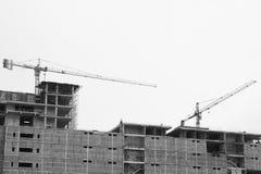 Kraanverrichting op het gebouw voor het opheffen van hulpmiddelen voor installatiebaan, bouwnijverheid in de stad en verrichting  Royalty-vrije Stock Foto's