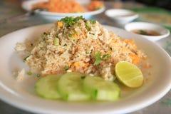Krab Fried Rice op witte schotel royalty-vrije stock foto