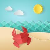 Krab op de strand overzeese oceaan, hemel, zand Concept de zomertijd Ontwerp door document origamikunst en ambachtstijl Stock Foto