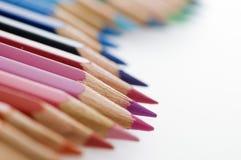 Krabba kulöra blyertspennor i rad Royaltyfria Foton