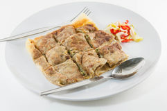 Krabba Mataba Sort av muslimsk och indisk mat som göras av mjölisolat på plattan Royaltyfri Bild