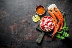 Krabba och krabbakött på en platta med örter, sås och citronen royaltyfri foto