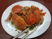 Krabba som stekas i kryddor Arkivfoto