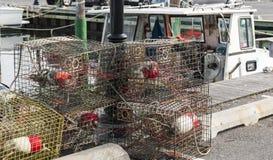 Krabbafällor som staplas på skeppsdockorna Royaltyfri Foto