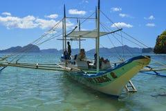 Krabbafartyget anslutas på kusten El Nido är en 1st gruppkommun i landskapet av Palawan royaltyfri fotografi