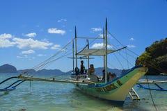 Krabbafartyget anslutas på kusten El Nido är en 1st gruppkommun i landskapet av Palawan royaltyfria foton