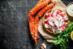 Krabbakött i en platta på papper med persilja och sås fotografering för bildbyråer