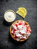 Krabbakött på en platta med sås- och citronskivor fotografering för bildbyråer
