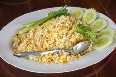 Krabbakött stekte ris på en vit platta royaltyfria foton