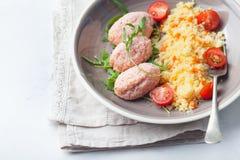 Krabban och räkan, fisk ångade köttbullar, små pastejer med couscous på bästa sikt för vit bakgrund Royaltyfri Fotografi