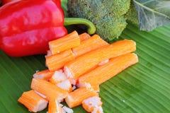 Krabbapinnar med frukter och grönsaker Arkivbild