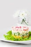 Krabbe haftet Salat auf weißer Tischdecke Stockbilder