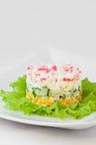 Krabbe haftet Salat auf weißer Tischdecke Lizenzfreie Stockbilder