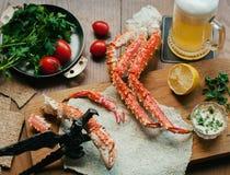 Krabbe mit Bier Stockfotografie