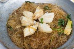Krabbe mit Suppennudeln Stockfoto