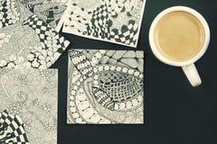 Krabbel, zen verwarringsillustratie Zenkunst, krabbelpatroon voor de beginners Schetsillustraties, een potlood en een kop van kof Stock Afbeeldingen
