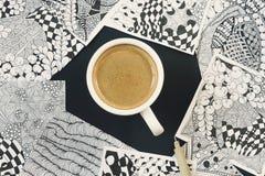 Krabbel, zen verwarringsillustratie Zenkunst, krabbelpatroon voor de beginners Schetsillustraties, een potlood en een kop van kof Royalty-vrije Stock Foto's