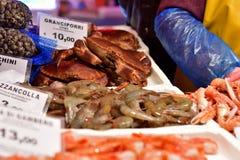 Krabben en garnalen, vissenmarkt in Italië Royalty-vrije Stock Foto