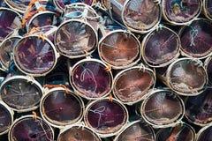 Krabben- oder Hummerfallen in einem Seehintergrund lizenzfreie stockfotos