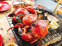 Krabbengarnalen op de zeevruchten van de houtskoolgrill Royalty-vrije Stock Fotografie