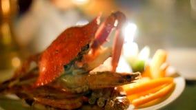 Krabbenmeeresfrüchterestaurant durch Kerzenlicht stock footage