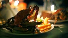 Krabbenmeeresfrüchterestaurant durch Kerzenlicht stock video