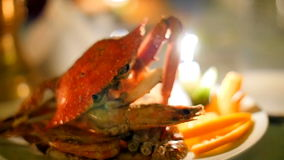 Krabbenmeeresfrüchterestaurant durch Kerzenlicht stock video footage