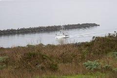 Krabboot Orion die naar haven terugkeren stock fotografie