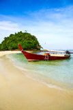 Krabi在美丽的海滩的海滩小船 库存照片