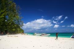 Krabi泰国 10月2010日 在白色沙子海滩的快艇  免版税图库摄影