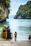 Krabi泰国 10月2010日 站立在小船admirin附近的一个人 免版税库存图片