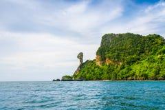 Krabi海滩和山小船在美丽的海滩,泰国 库存照片
