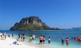 Krabi海滩和海岛泰国,石灰石岩层 免版税图库摄影