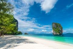Krabi照片视图在一棵树的树荫下在海滩的 免版税图库摄影