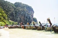 Krabi,泰国, 2016年3月11日:在海滩的小船在Krabi,  免版税库存照片