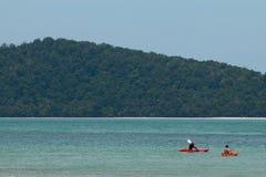 KRABI,泰国- 2划皮船在2014年4月15日的海的旅客在Krabi,泰国 库存照片