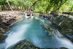 Krabi,泰国-双十国庆, 2016年:在Khlo的温泉瀑布 免版税库存照片